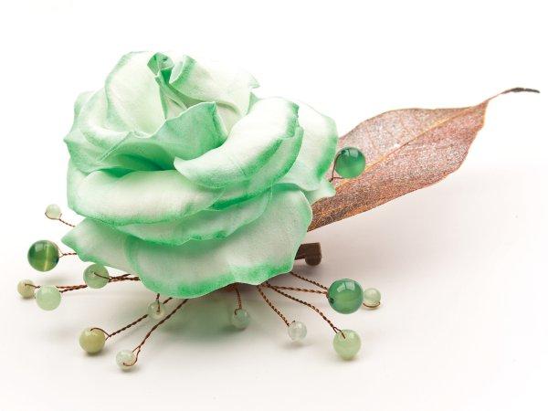 Брошь из розы мятного цвета из фоамирана, листиком с гальваническим покрытием, ониксом, зеленым авантюрином