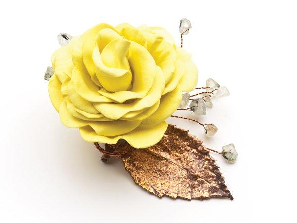 Брошь Желтая роза из фоамирана с зеленым гранатом
