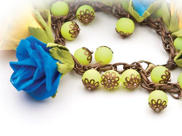 Браслет из роз из фоамирана и фарфоровых бусин