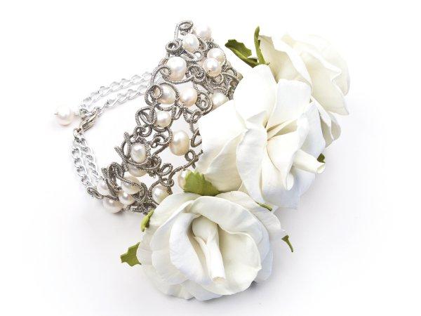 Браслет из белых роз из фоамирана с жемчугом