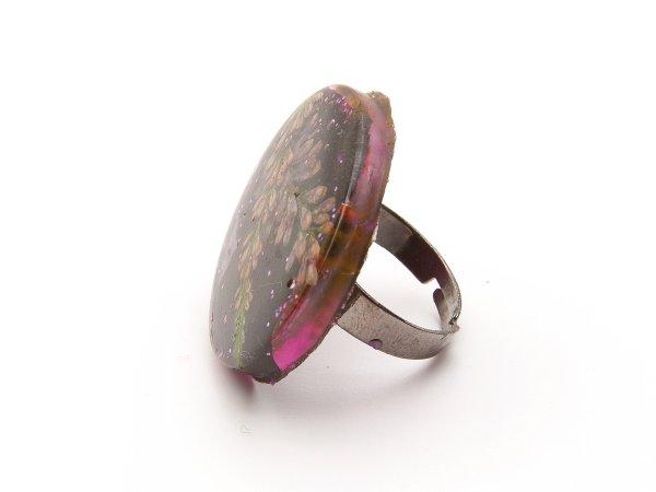 Кольцо с цветами в эпоксидной смоле