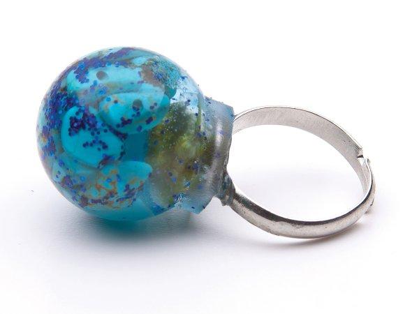 Кольцо из бирюзы в эпоксидной смоле круглое