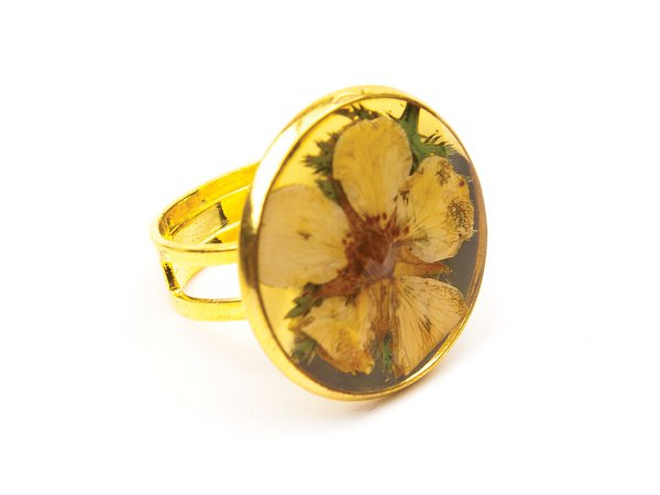 Кольцо из цветка в эпоксидной смоле