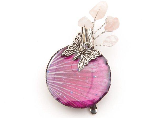 Брошь-заколка с лепестком в эпоксидной смоле с кварцем и бабочкой