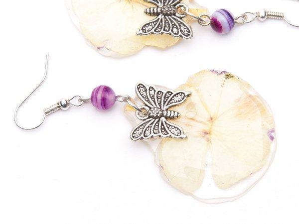 Серьги из белых цветов в эпоксидной смоле с бабочками и агатами