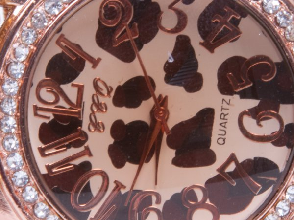 Кварцевые часы из красного коралла