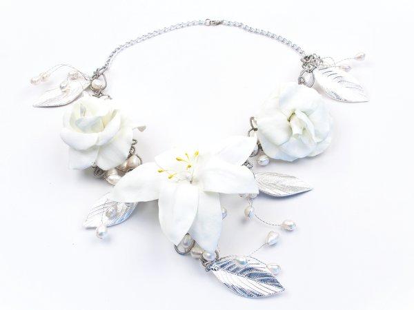 Колье из белой лилии и роз из фоамирана с жемчугом