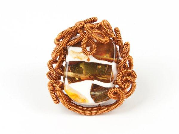 Кольцо из янтаря в эпоксидной смоле