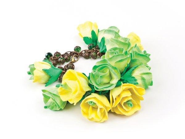 Браслет из желто-зеленых розочек из фоамирана
