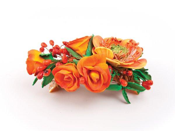 Заколка из оранжевых цветов с кораллом
