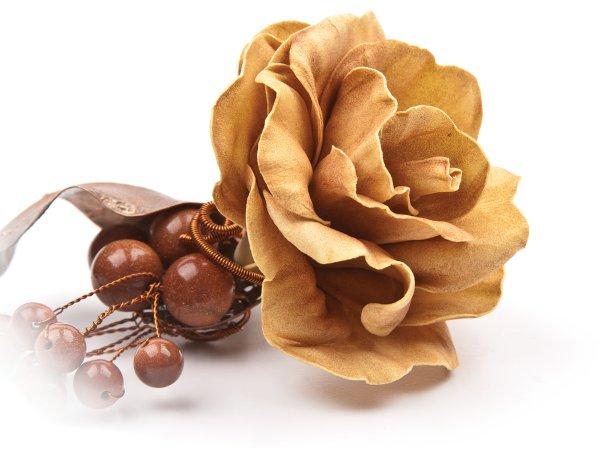 Брошь-заколка бежевая роза из фоамирана и листик с гальваническим покрытием