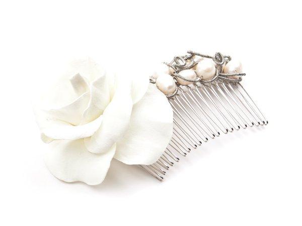 Гребень с белой розой из фоамирана с жемчугом