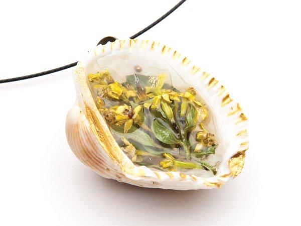 Кулон из желтого сухоцвета в эпоксидной смоле в ракушке