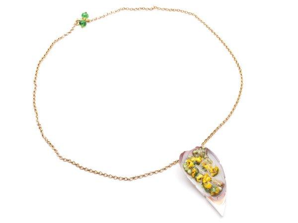 Кулон из сухоцвета желтых цветов в эпоксидной смоле в ракушке