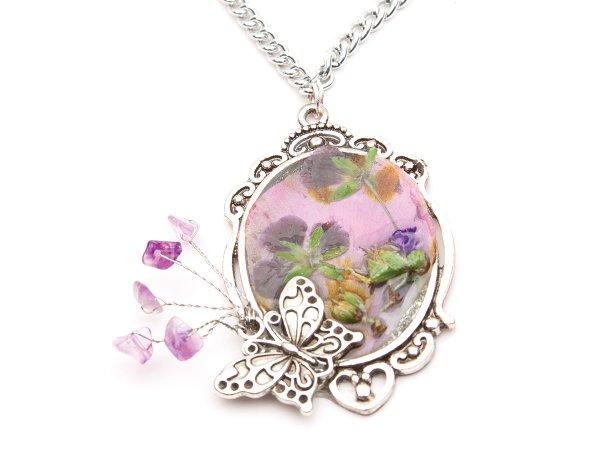 Кулон с цветами в эпоксидной смоле с аметистом и бабочкой