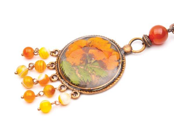 Кулон с оранжевым цветком в эпоксидной смоле с агатами и сердоликом
