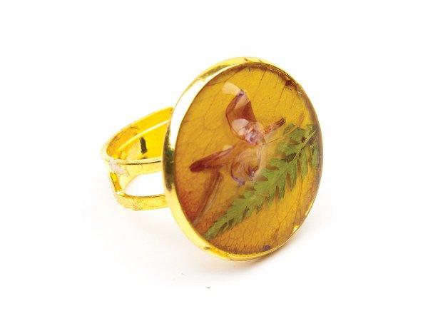 Кольцо сухоцветы на желтом лепестке розы