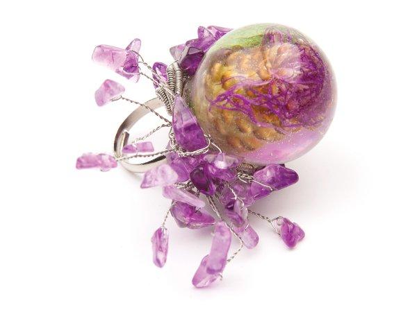 Кольцо сухоцвет в сфере из эпоксидной смолы с аметистом
