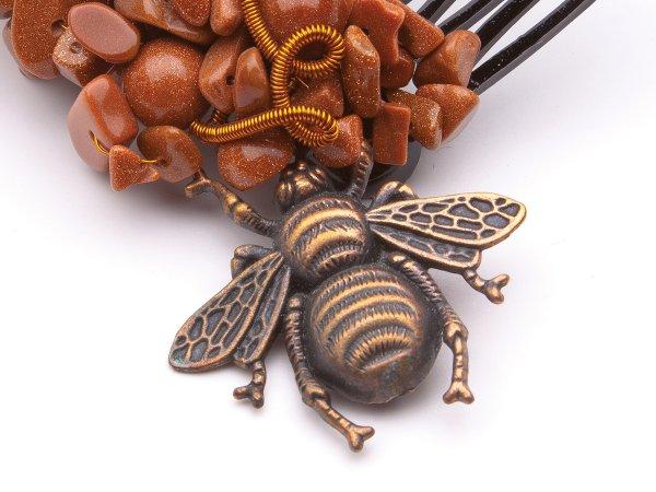 Гребень из коричневого авантюрина с жуком