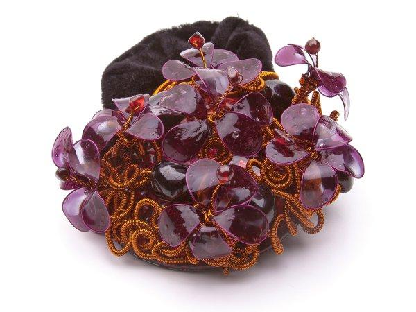 Заколка-резинка с цветами и гранатом