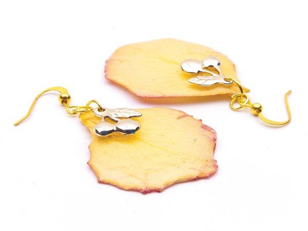 Серьги желтые лепестки роз в эпоксидной смоле с вишеньками