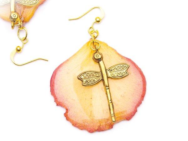 Серьги из желтых лепестков роз в эпоксидной смоле со стрекозками