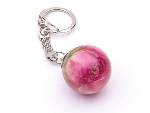 Брелок с розовым бутоном розы в сфере из эпоксидной смолы