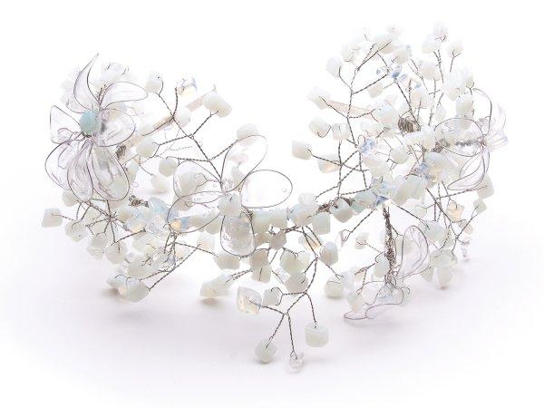 Ободок с веточками из лунного камня и цветами витраль
