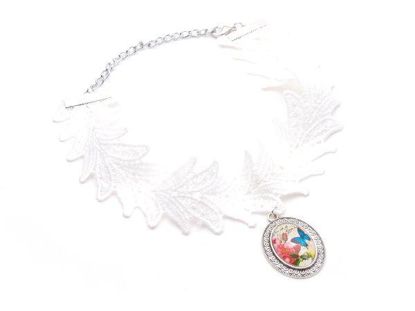 Колье-ошейник из белых кружев с кулоном бабочка