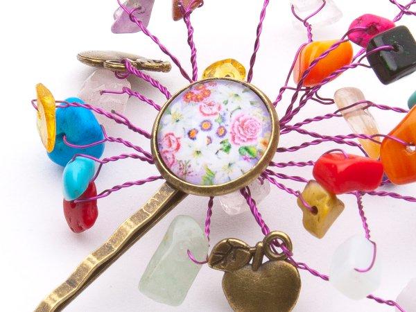 Заколка-невидимка с миксом камней и цветочным кабошоном