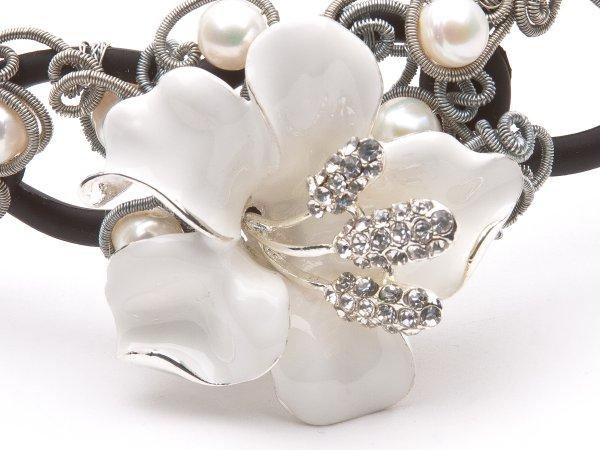 Ободок с белой лилией и жемчугом