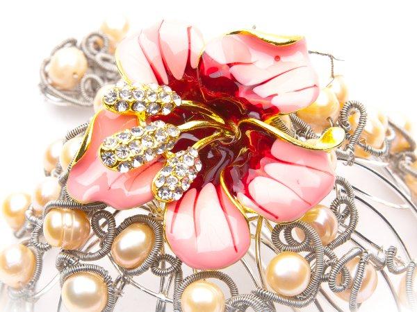 Заколка-пучок из розового жемчуга с лилией