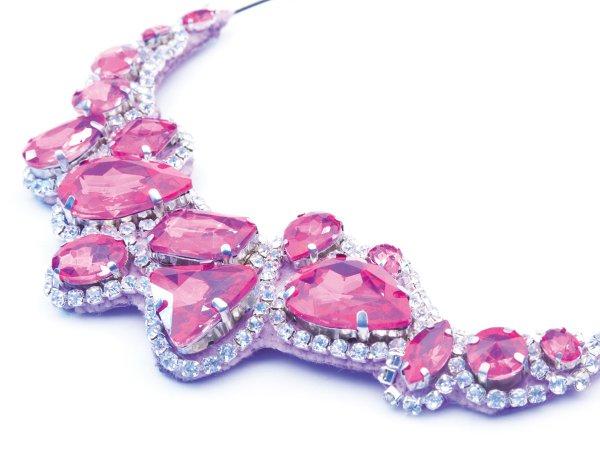 Колье-чокер розовое со стразами