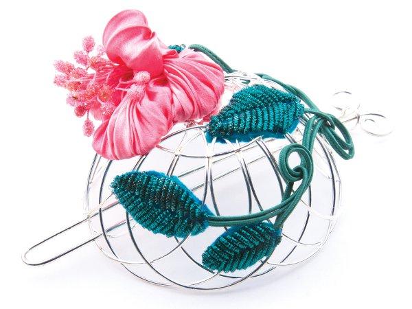 Заколка-пучок с цветком из шибори ленты