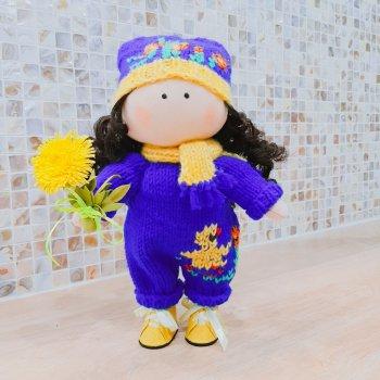 Кукла в комбинезоне с одуванчиком