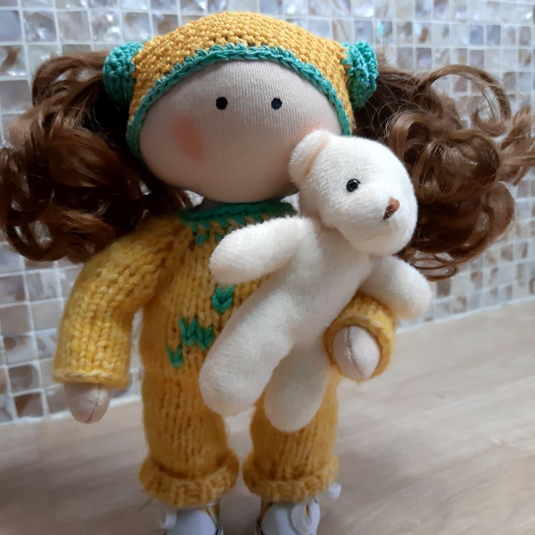 Кукла в желтом комбинезоне с мишкой